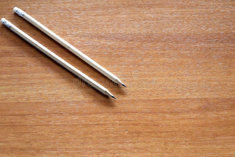 Dwa ołówka na drewnianym tle Edukacja i biznesu pojęcie zdjęcie stock