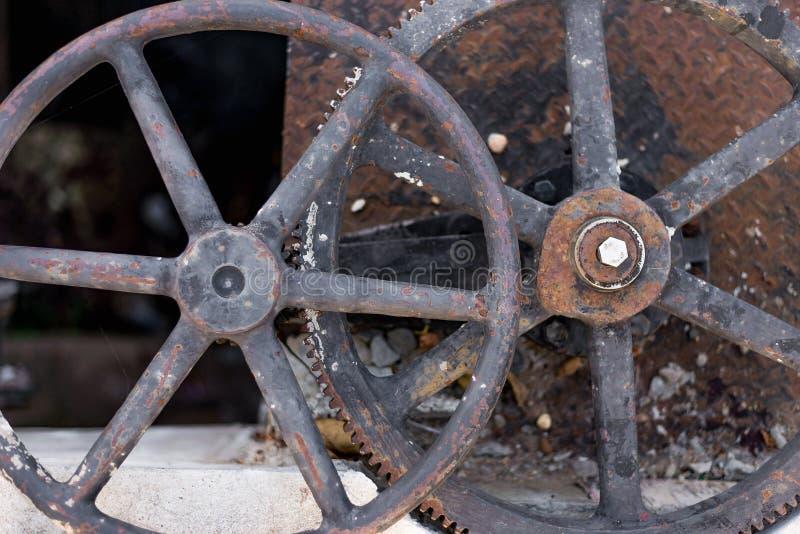 Dwa ośniedziałej przemysłowej starej wodnej klapy obraz royalty free