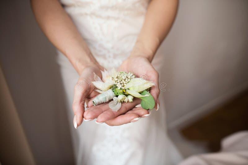 Dwa obrączki ślubnej w nieskończoność znaku na drewnie pocałunek miłości człowieka koncepcja kobieta obrazy stock