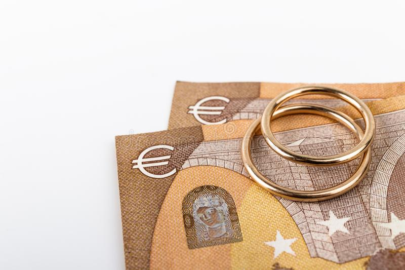 Dwa obrączki i waluta Koncepcja ślubu lub rozwodu zdjęcie royalty free