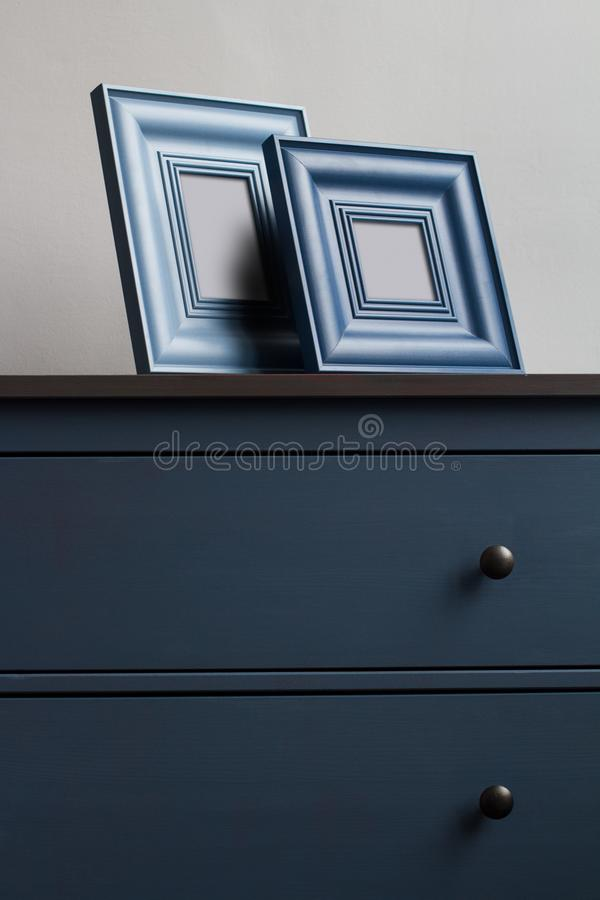 Dwa obrazka drewniana rama na błękitnej klatce piersiowej kreślarzi zdjęcie stock