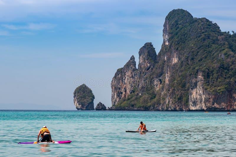 Dwa obsługują kayaking na andaman morzu blisko tropikalnych Phi Phi wysp S?oneczny dzie? i seledyn woda fotografia stock