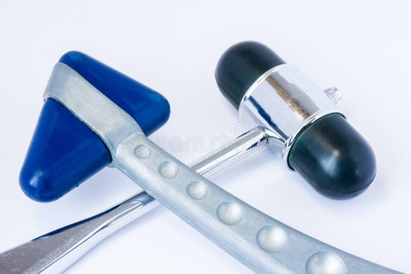 Dwa odruchu gumowy neurologiczny młot dla diagnozować warunek, patologia lub choroba mięśnie mężczyzna i nerwy kłamamy na e zdjęcia stock
