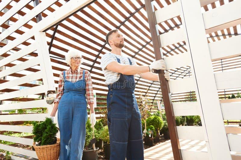 Dwa ogrodniczki Pracuje w plantacji obrazy royalty free