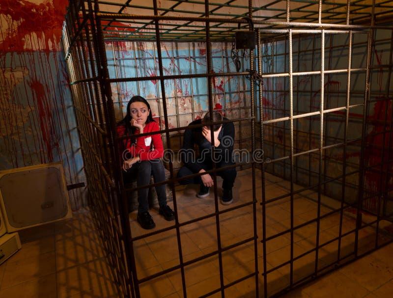 Dwa okaleczającej Halloweenowej ofiary więziącej w metal klatce obrazy royalty free