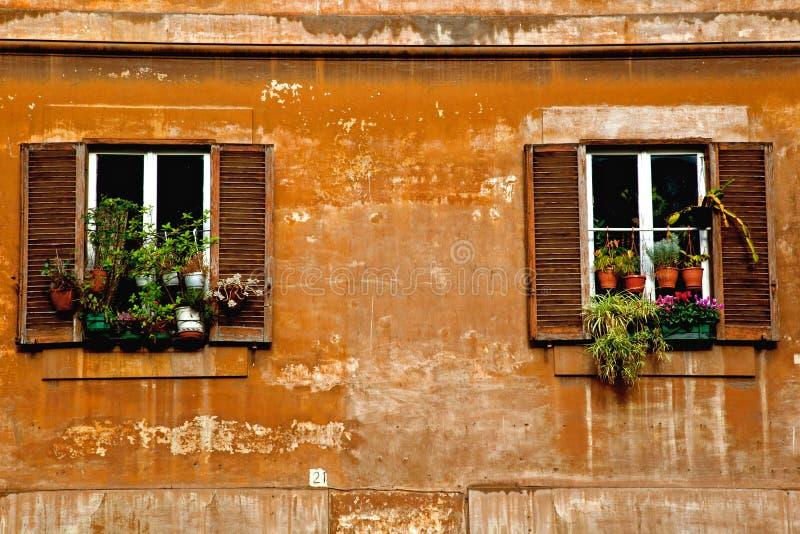 Dwa okno na rocznik ścianie fotografia stock