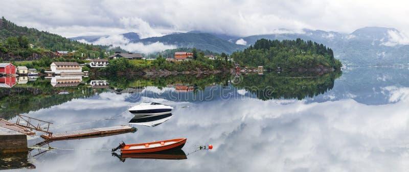 Dwa osamotnionej łodzi na spokój wodzie fjord, Norwegia zdjęcie royalty free