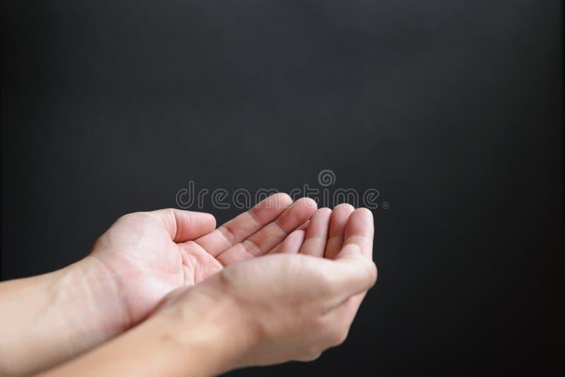 Otwiera ręki