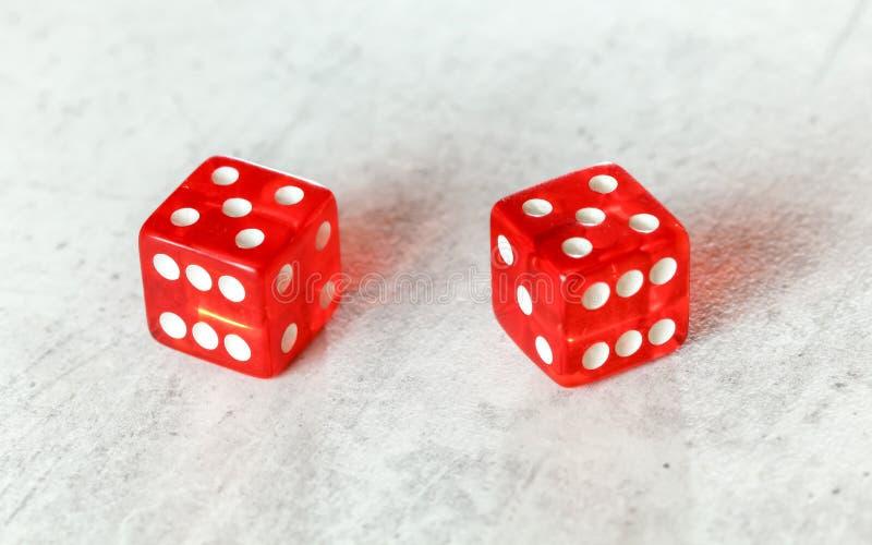 Dwa półprzezroczystej czerwonej bzdury dices na białej desce pokazuje Mocno Dziesięć liczb 5 dwa razy zdjęcia royalty free