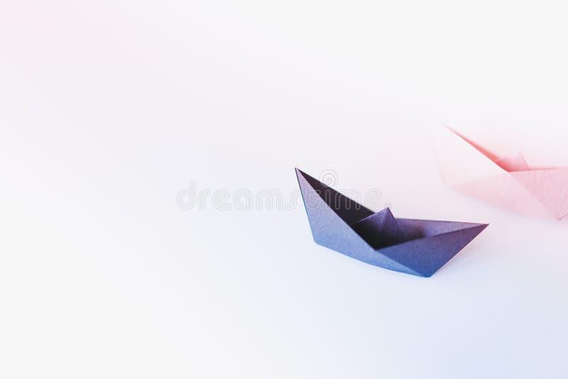 Dwa papierowa łódź na czystym tle z kopii przestrzenią zdjęcia royalty free