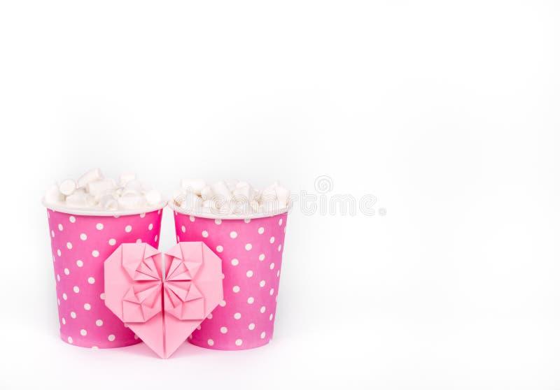 Dwa papierowej filiżanki i valentine na białym tle Kakao, marshmallow i papieru serce, Romantyczny pojęcie St Walentynki ` s dzie obraz stock