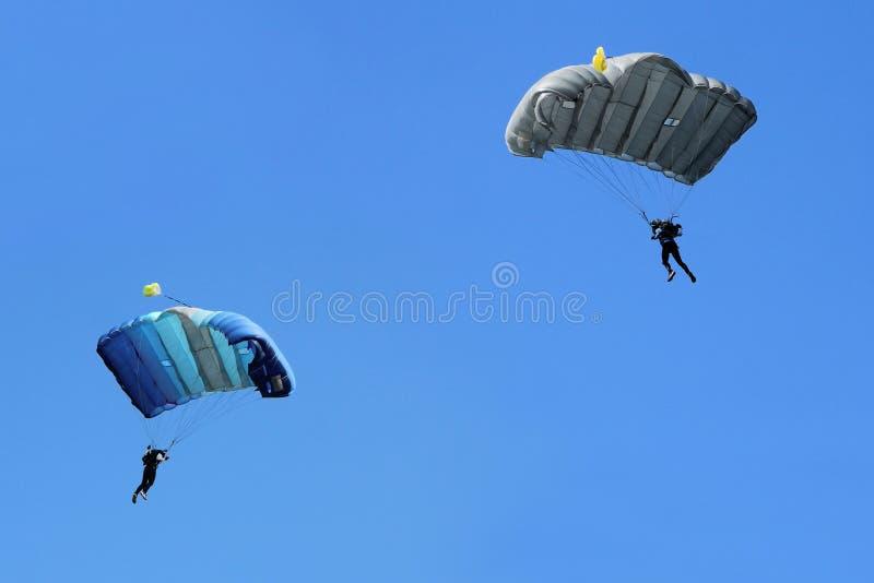 Dwa Parachutists latają obrazy stock