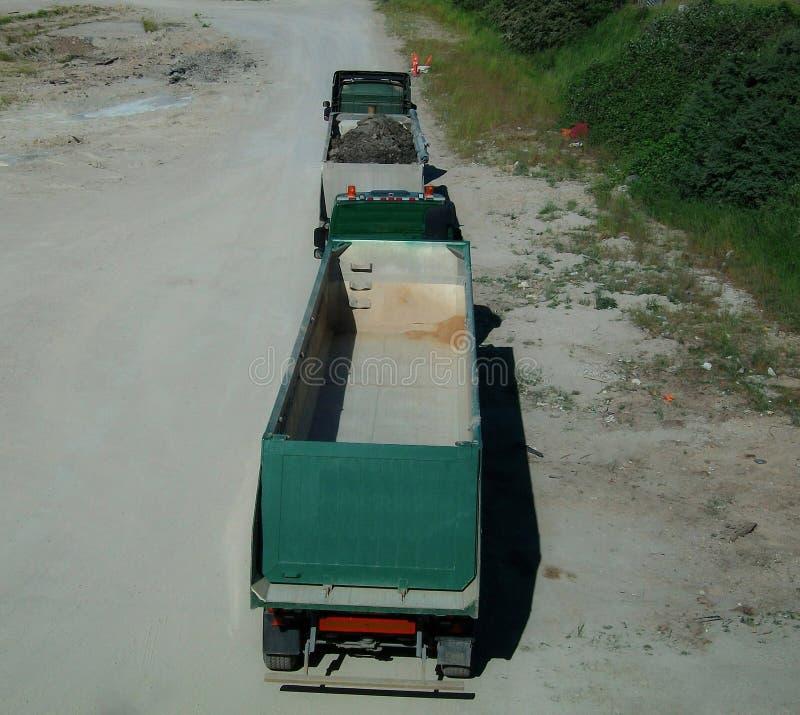 Dwa parkujący greeen ciężarówki z przyczepami zdjęcia royalty free