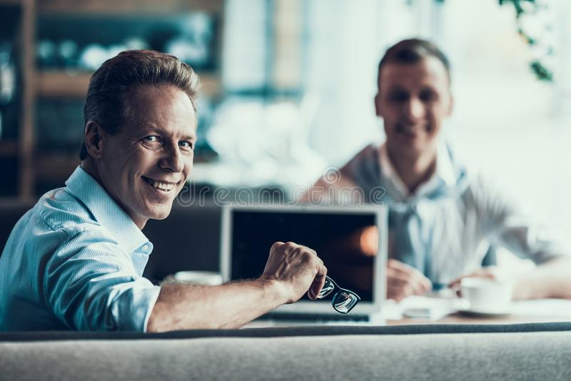Dwa partnera biznesowego dyskutują biznes w kawiarni obrazy stock