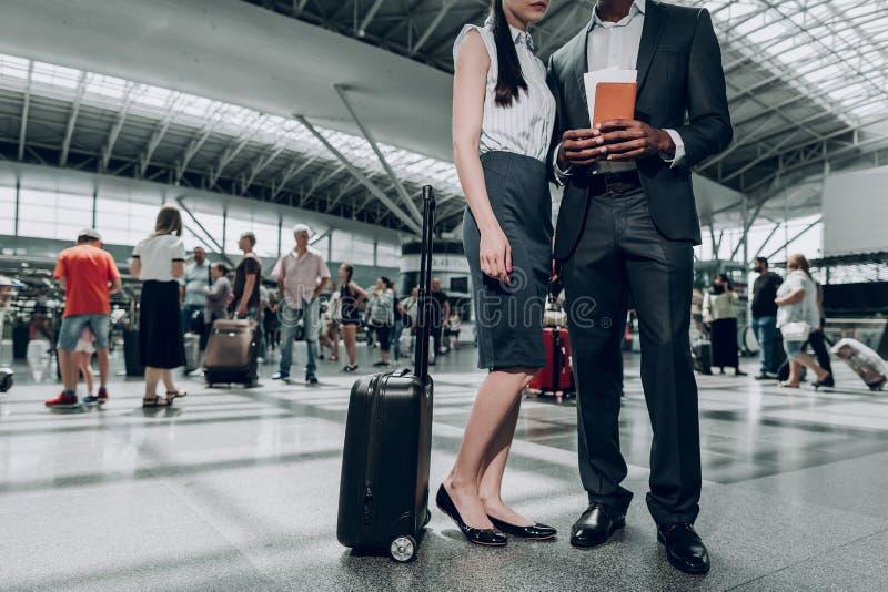 Dwa partnera biznesowego zostają przy lotniskiem obrazy stock