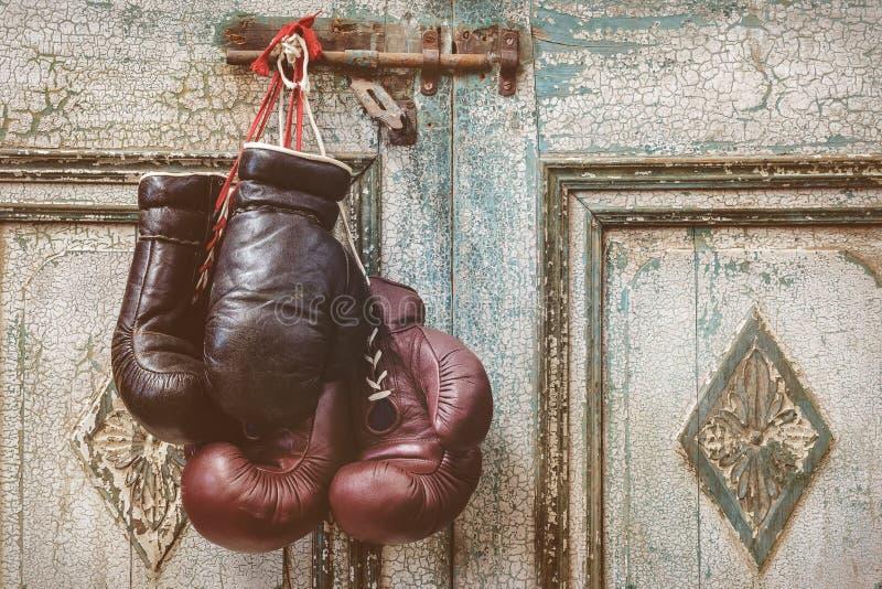 Dwa pary rocznik bokserskie rękawiczki wiesza na wietrzejący antycznym zdjęcie royalty free
