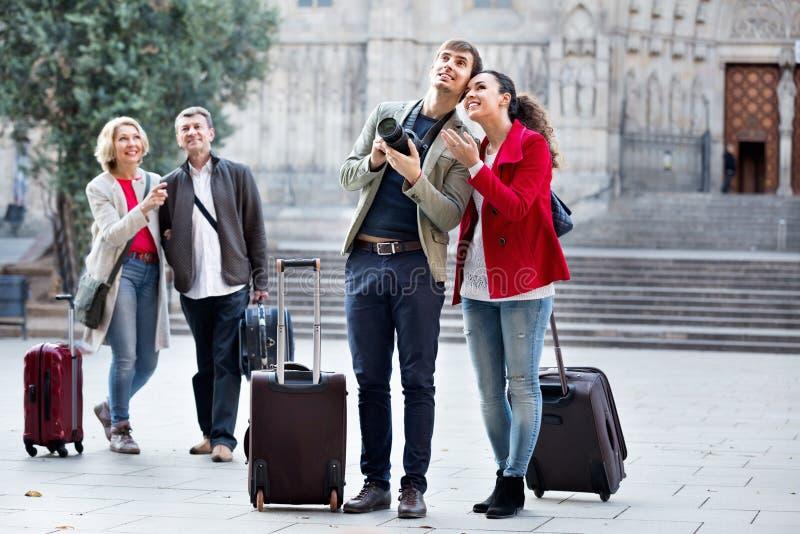 Dwa pary z bagażowy uśmiechnięty i zwiedzającym fotografia stock