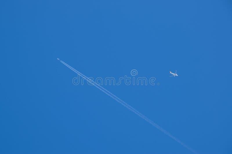 Dwa pasażerski samolot lata w pobliżu Kondensacyjny ?lad fotografia royalty free