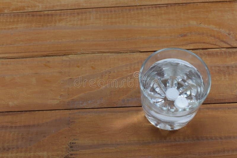 Dwa pastylki w szkle woda rozpuszczają zdjęcie royalty free