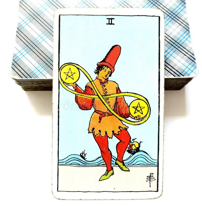 2 Dwa Pentacles Tarot karty Materialnych decyzj Pieniężne decyzje Żongluje finanse przepływ gotówki Balansuje Kuglarskiego życie ilustracja wektor