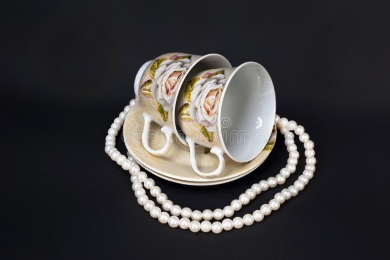 Dwa perły i filiżanki zdjęcia royalty free