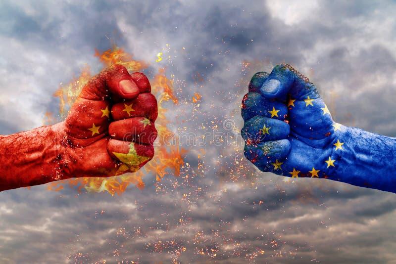 Dwa pięść z flaga Chiny i UE stawiał czoło przy each inny zdjęcie royalty free