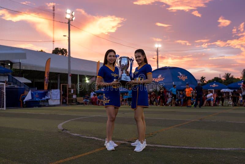 Dwa piękna Kambodżańska gospodyni domu trzyma Futbolowego trofeum fotografia royalty free