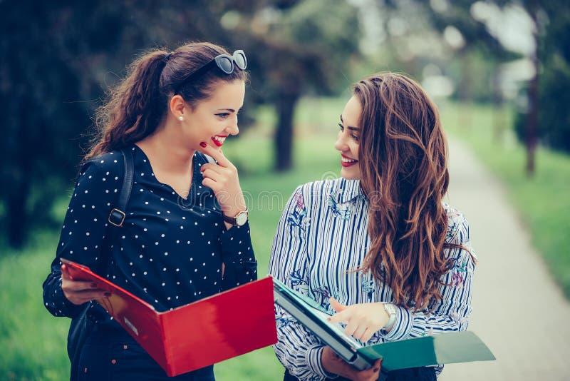 Dwa pi?knego ?e?skiego przyjaciela, ucznie sprawdza papier notatki przed egzaminem obrazy royalty free