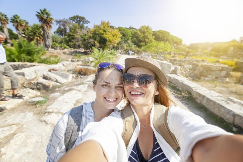 Dwa pięknego szczęśliwego młoda kobieta przyjaciela bierze selfie podczas gdy na v obraz royalty free