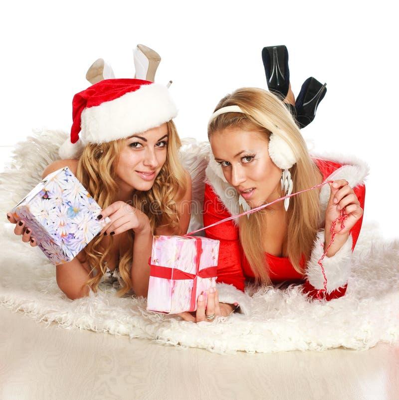 Dwa pięknej Bożenarodzeniowej dziewczyny otwarty prezent zdjęcia stock