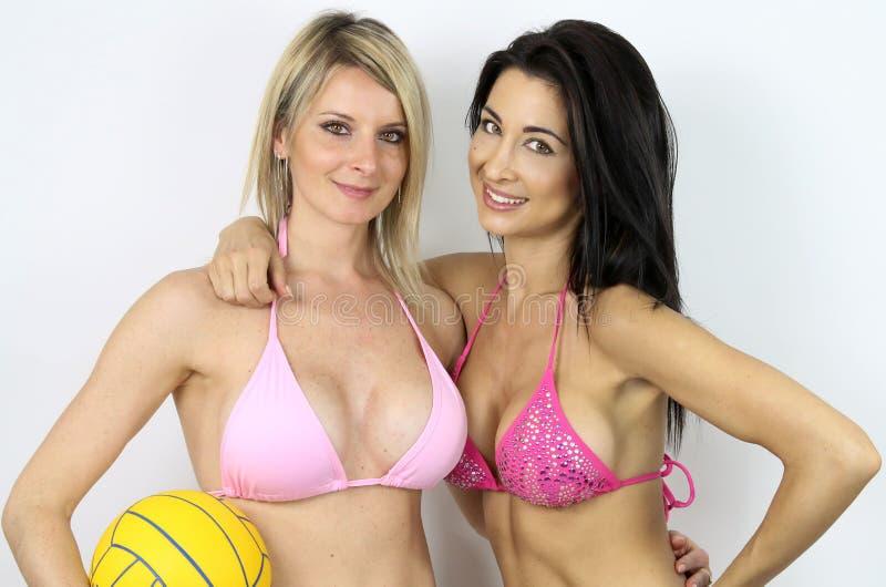 Dwa pięknej dziewczyny w swimsuits obraz stock