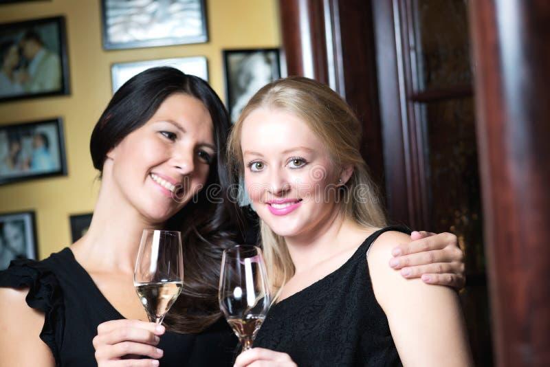 Dwa pięknej kobiety świętuje z szampanem zdjęcie royalty free