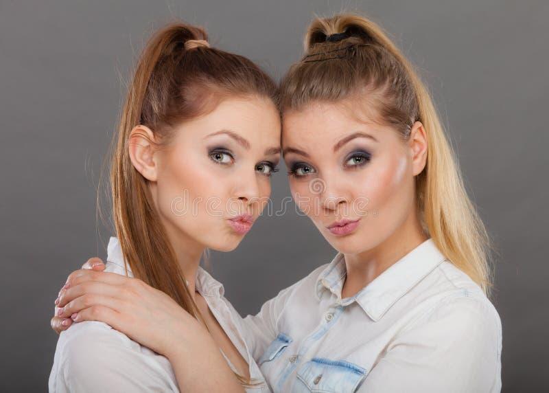 Dwa pięknej kobiety, blondynka i brunetka ma zabawę, fotografia stock