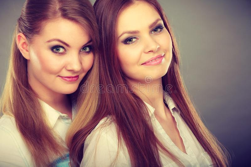 Dwa pięknej kobiety, blondynka i brunetka ma zabawę, zdjęcia royalty free