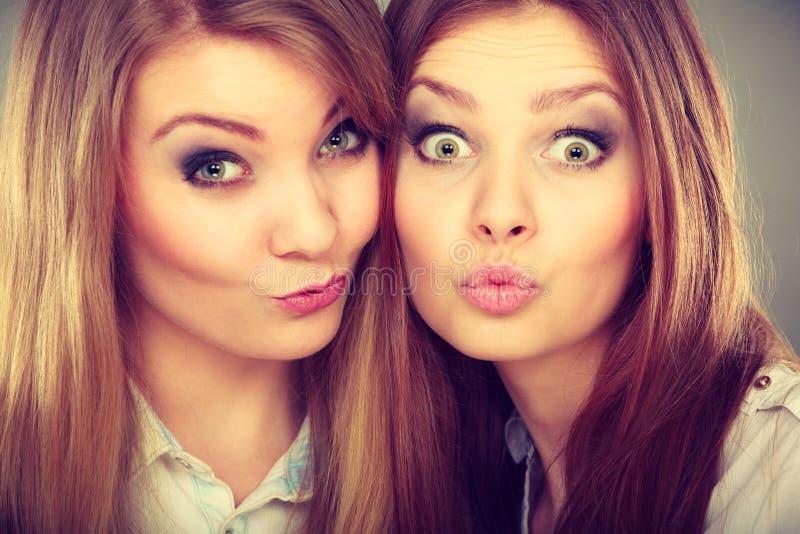 Dwa pięknej kobiety, blondynka i brunetka ma zabawę, zdjęcie stock