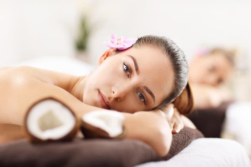Dwa pięknej kobiety dostaje masaż w zdroju obrazy royalty free