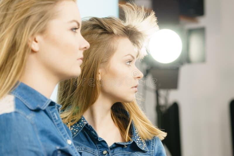Dwa pięknej młodej blondynki poważnej kobiety obrazy stock