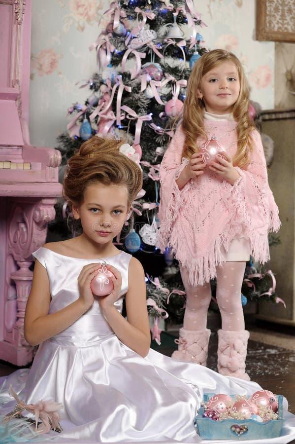 Dwa pięknej młodej dziewczyny z Bożenarodzeniowymi piłkami obraz stock