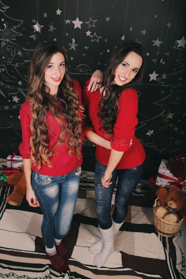 Dwa pięknej młodej kobiety świętuje w domu nowy fotografia royalty free