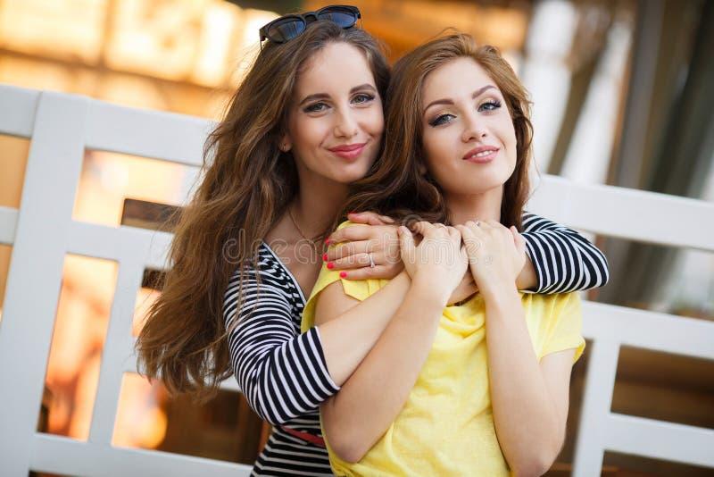 Dwa pięknej młodej kobiety ma zabawę w mieście obraz royalty free