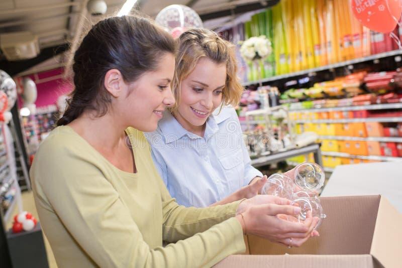 Dwa pięknej młodej kobiety robi zakupy w centrum handlowym lub wydziałowym sklepie obrazy stock