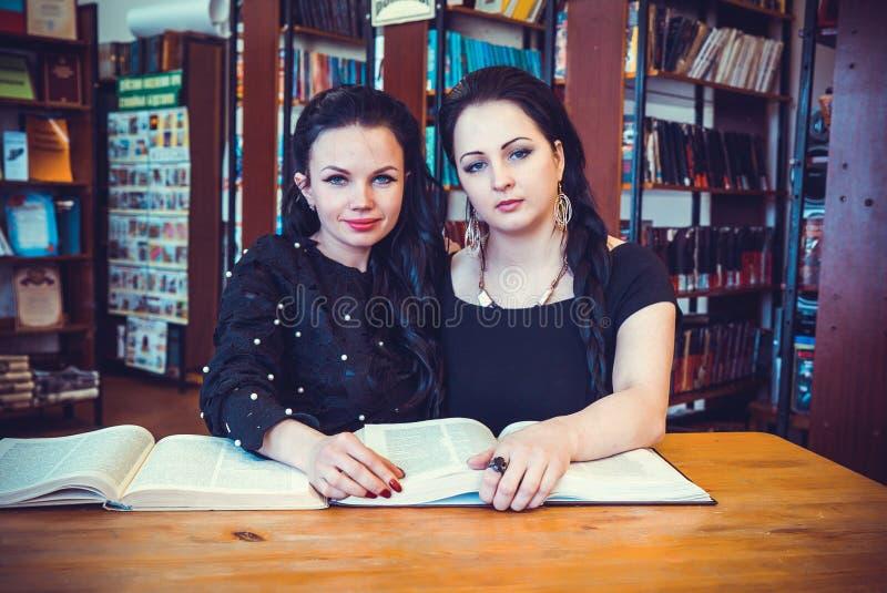 Dwa pięknej model kobiety pozuje dla kamery obrazy royalty free