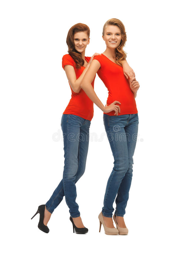 Dwa pięknej nastoletniej dziewczyny w czerwonych koszulkach obrazy stock