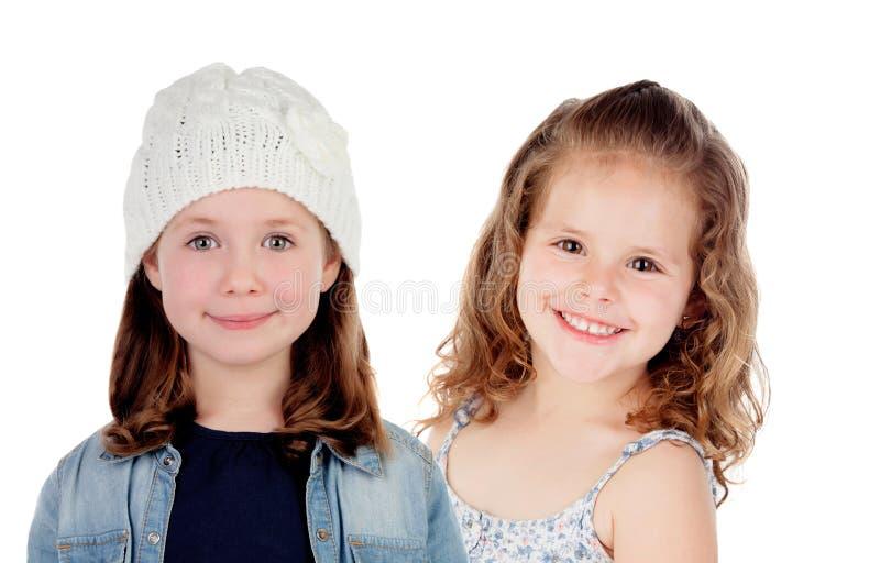 Dwa pięknych dzieci dziewczyny z zimą i latem odziewają obrazy stock