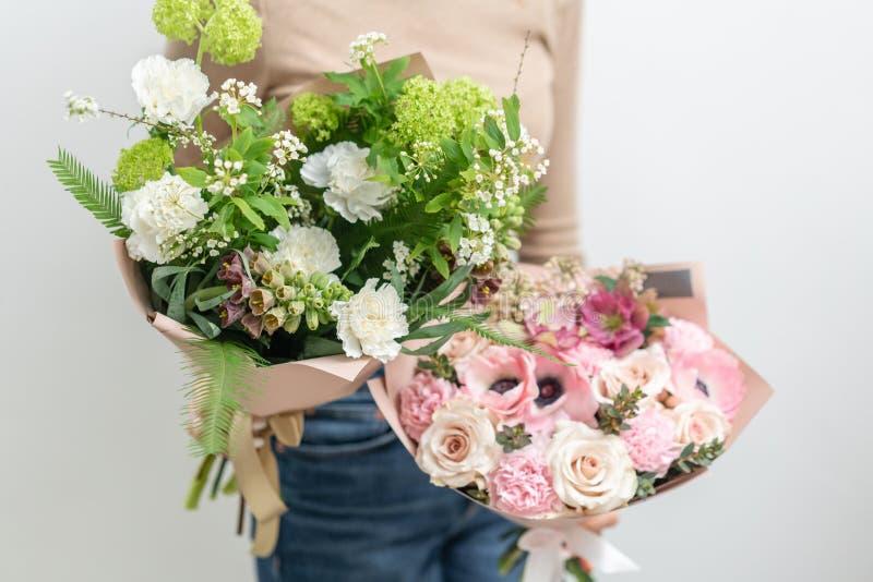 Dwa Pi?knego bukieta mieszani kwiaty w kobiet r?kach praca kwiaciarnia przy kwiatu sklepem Delikatny Pastelowy kolor zdjęcie royalty free