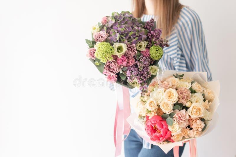 Dwa Pi?knego bukieta mieszani kwiaty w kobiet r?kach praca kwiaciarnia przy kwiatu sklepem Delikatny Pastelowy kolor obrazy stock