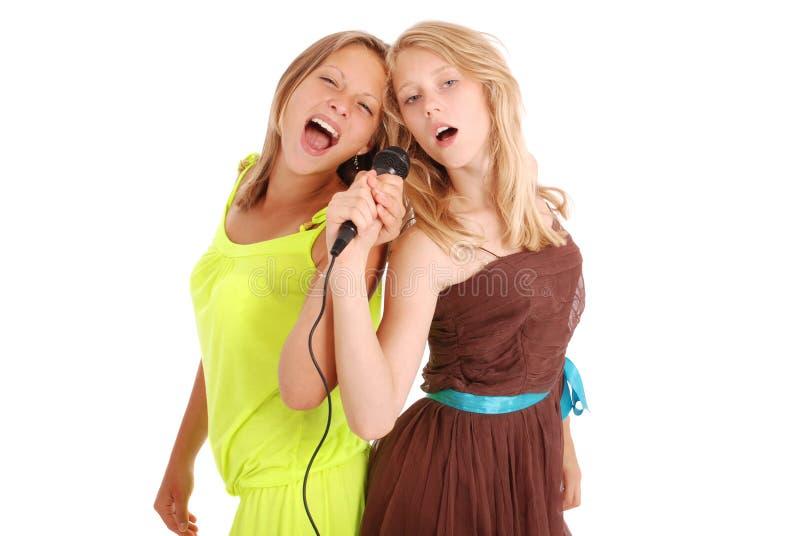 Dwa piosenkarza teenanger dziewczyny piękny śpiew z mikrofonem zdjęcie stock