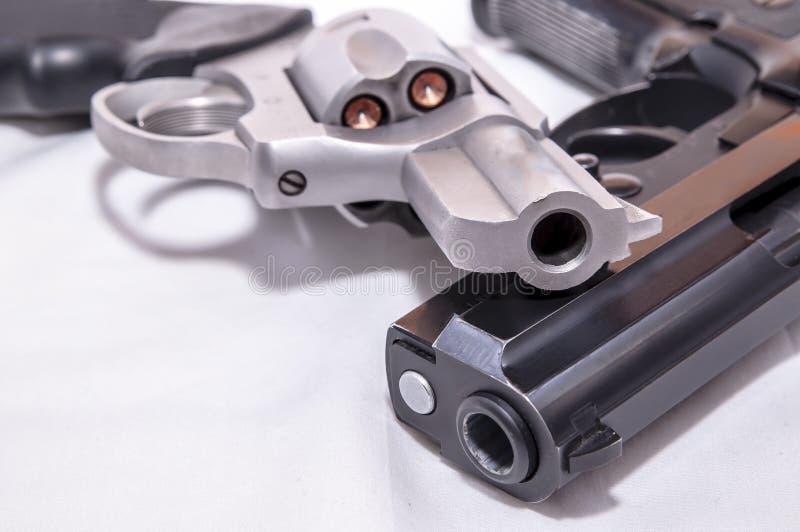 Dwa pistolecika, 40 kaliber?w kr?cica i 357 magnum?w kolt, fotografia stock