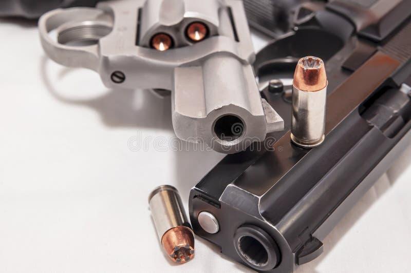 Dwa pistolecika, 40 kaliber?w kr?cica i 357 magnum?w kolt na bia?ym tle, obraz royalty free