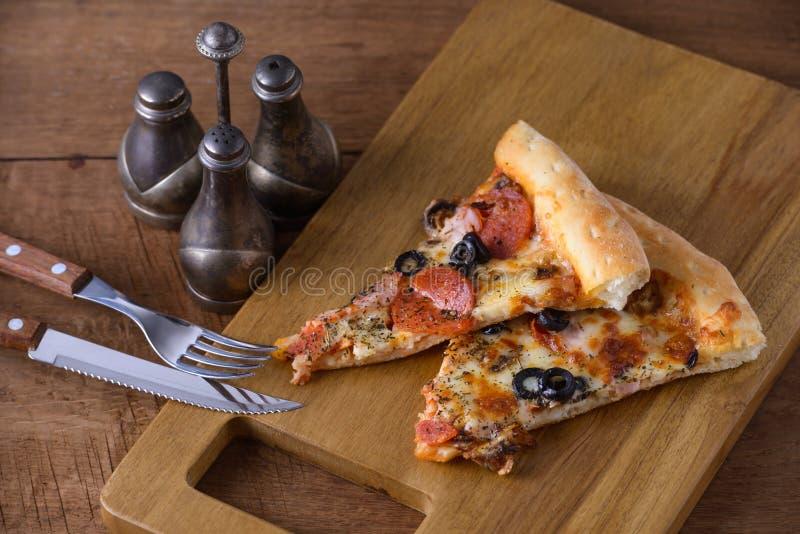 Dwa plasterków włocha wyśmienicie pizza fotografia royalty free